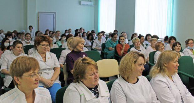 В Госпитале для ветеранов войн поздравили женщин с 8 марта